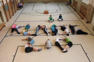 Die Schüler der 9. Klasse der Pestalozzischule Zeitz haben den Schriftzug Klasse 2.0 mit ihren Körpern gelegt.