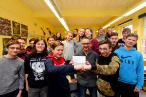 Lutz Würbach von der MZ aus Halle überreichte der Klasse 8a des Goethegymnasiums Weißenfels einen Scheck über 100 Euro. Die Klasse beteiligte sich beim MZ Projekt Klasse 2.0 mit Beiträgen die in der MZ veröffentlicht wurden . Für die Leistung der Schüler bekamen sie jetzt einen Scheck. Pitza Ala Card ist das Ziel der Schüler. 19. Januar 2018