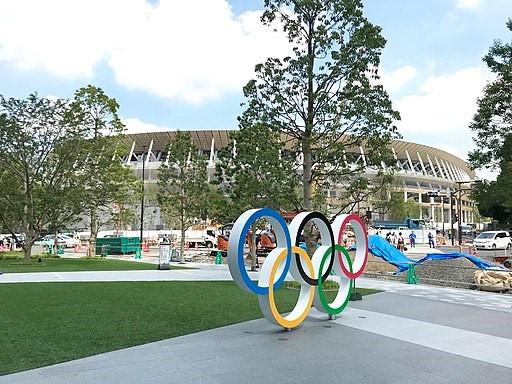 Die olympischen Ringe vor dem National-Olympic-Stadium in Tokio